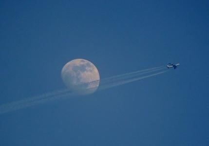 P5116132 11日十三夜月と飛行機