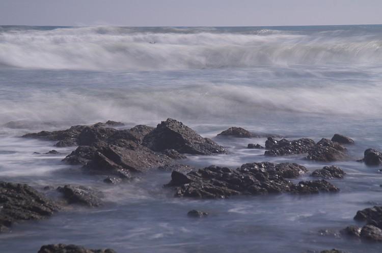 波が寄せる