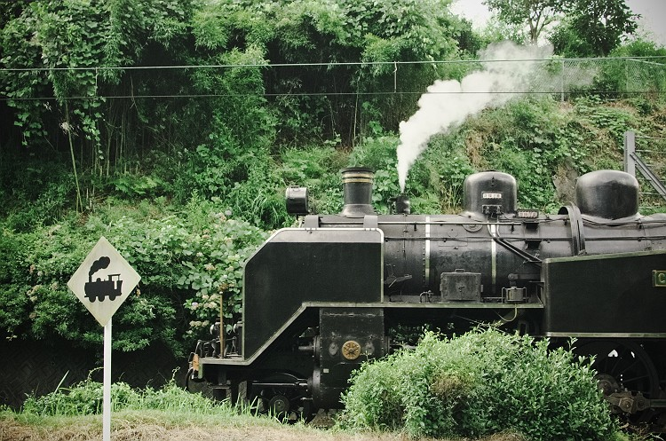 蒸気機関車が通る鉄道