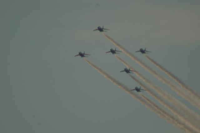 都心上空を編隊飛行するブルーインパルス