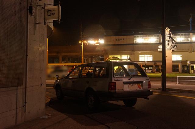 マツダファミリアバンと夜の十日町駅