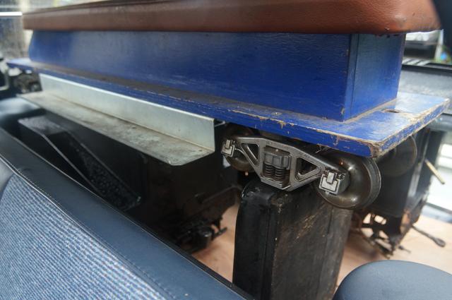 マツダファミリアバンの荷室に載ったOS乗用客車とC56の炭水車