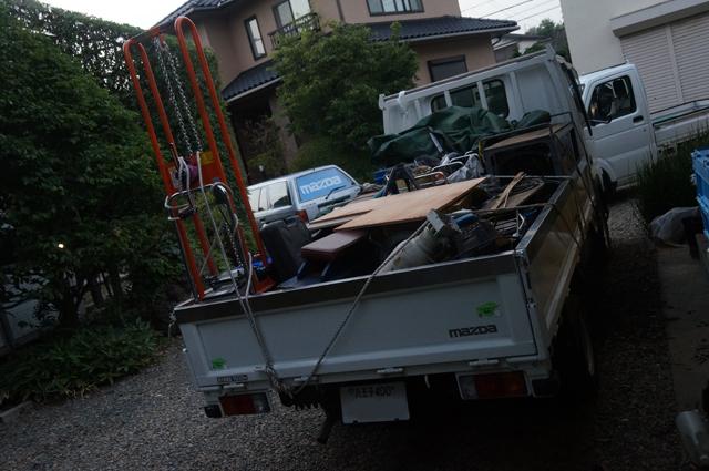タイタンにミニ鉄道の荷物を積み込む