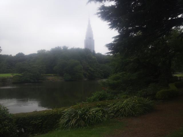 新宿御苑の家と緑と遠くに見えるドコモビル