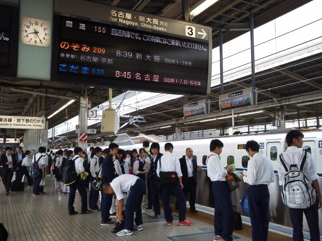 新幹線のホームで旅行に向かう中学生