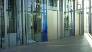 シャトル南側(左のドア無しはホテル用、17階はガラス貼りのため通過)