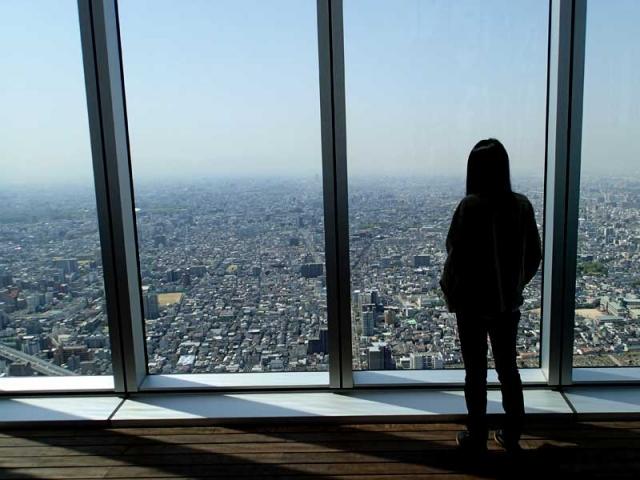 大阪の街並みを見る同居人
