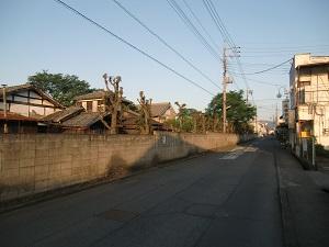 住宅街沿いに建つ