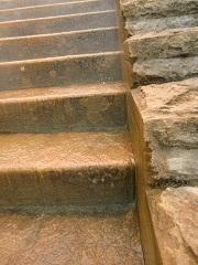 中央階段は温泉が流れる