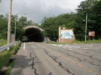 この隧道の>