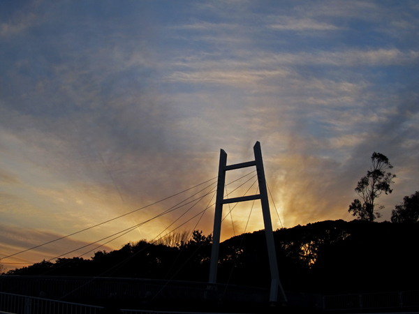 橋にかかる夕焼け。