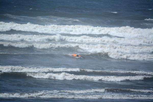 荒れた海で泳ぐ。