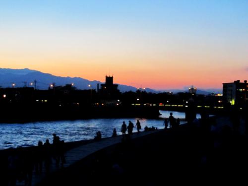 江ノ島花火を見に集まる人。