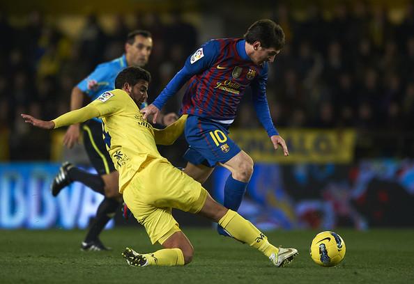 Lionel+Messi+Mateo+Musacchio+Villarreal+CF+0cTizpgleU5l.jpg