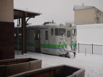 江差駅改札よりキハ40