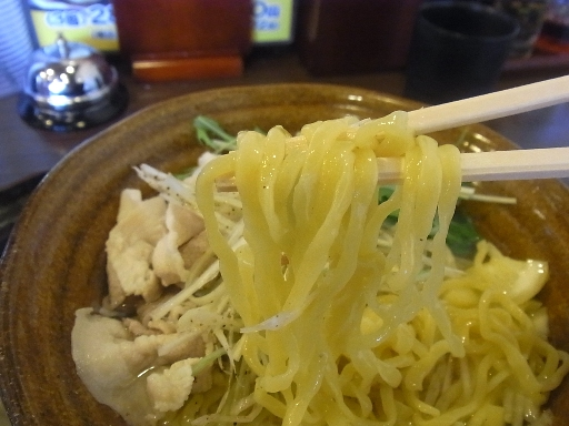 ウエーブした中太麺