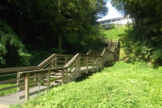 京成百貨店裏の木製階段