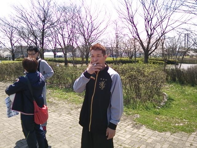 今日の馬場さん桜を見ながら(-。-)y-゜゜゜