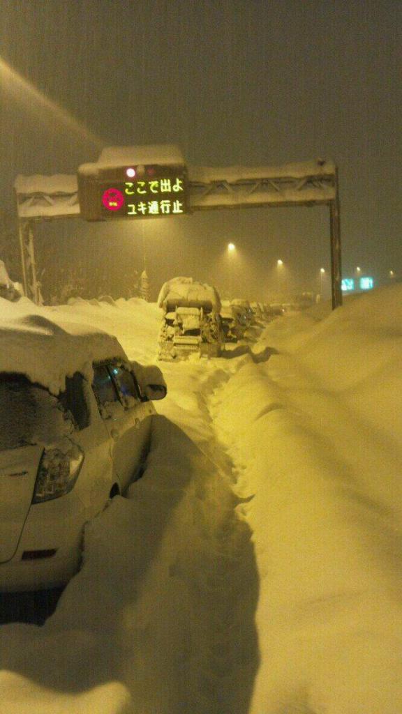 とある高速道路の(大雪で)image