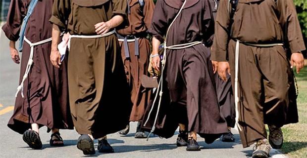 とある修道士の歩き姿image