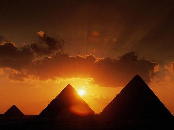 ピラミッドと太陽image