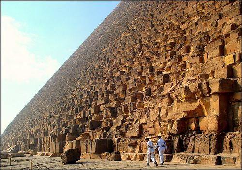 ピラミッドの傍でimage