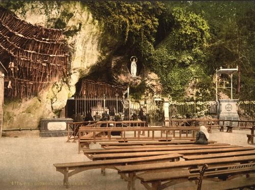ルルド(洞窟と松葉杖)image