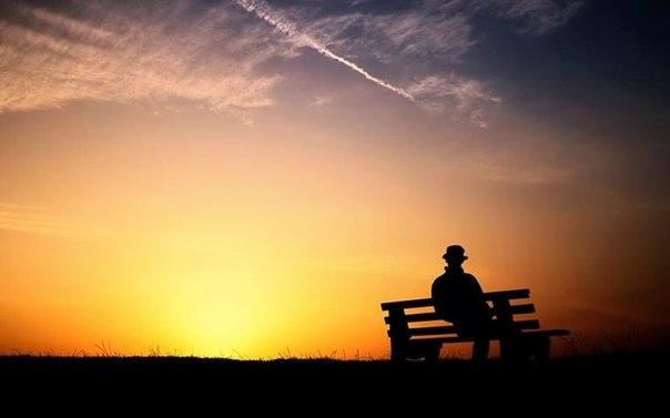 夕陽と飛行機雲とシルエットimage