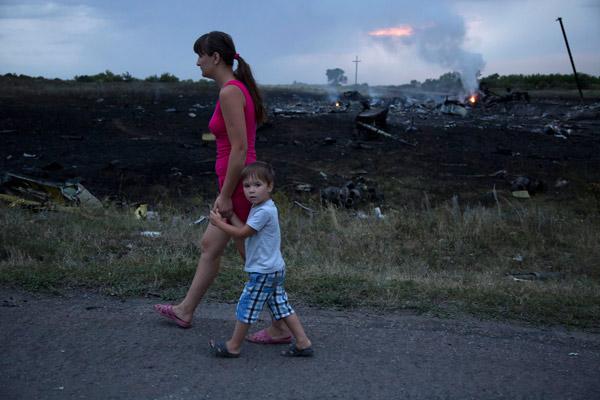 赤いマフィアとか(malaysiacrashの横を歩く親子)image