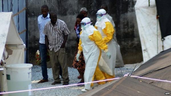 エボラ(シオラネオネの防護服の人とそうでない人)image