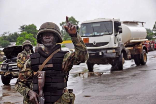 エボラ2(liberia郊外の検問所で)image