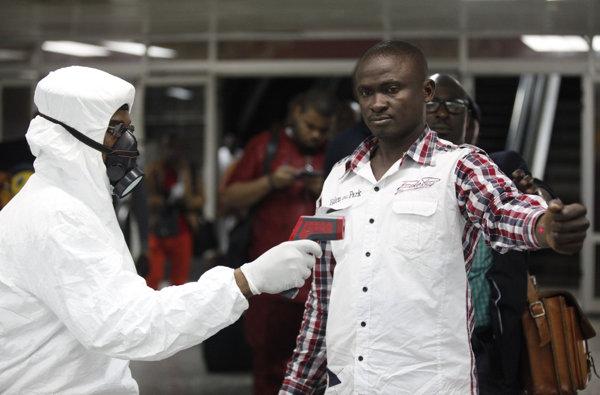 エボラ2(空港職員のチェック)imagejpg