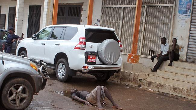 エボラ2(路上の人たち)image