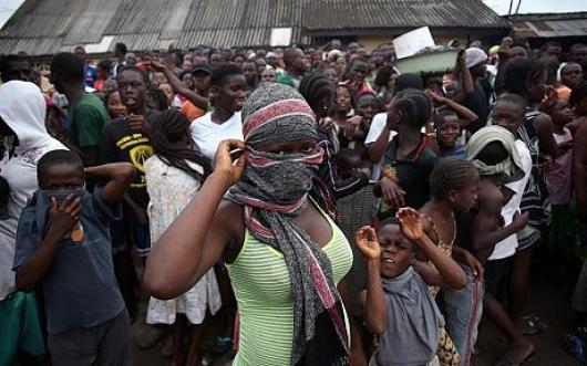エボラの現実(隔離施設へ入る群衆)image