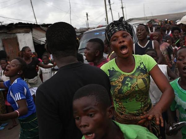 エボラの現実(遺体搬送を阻止する暴徒数百人)image_convert_20140819200919