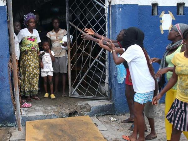 エボラの現実(住民による感染者への逃走説得)image_convert_20140819202547