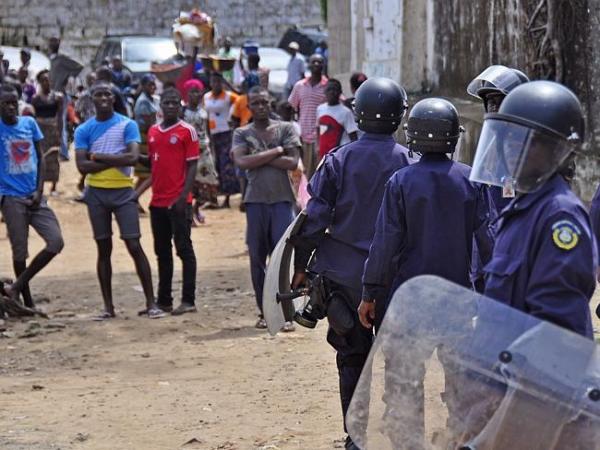 エボラの現実(暴徒の分断に動く警察)image_convert_20140819203013