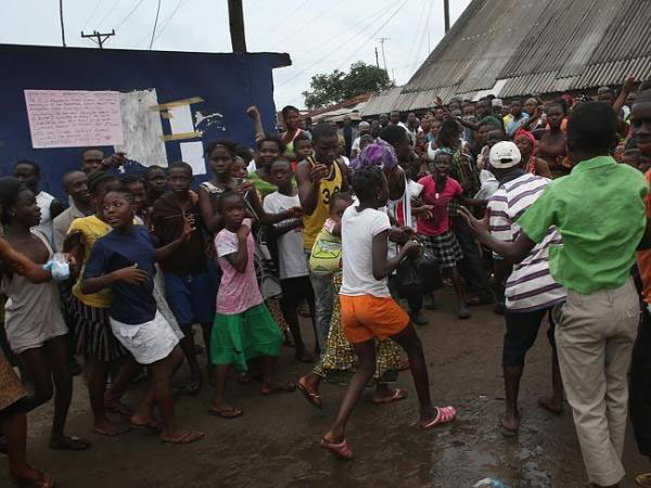 エボラの現実(連れ出されていく感染者)image_convert_20140819203246
