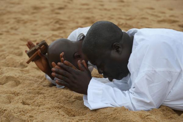 地球の情景(モンロビアのビーチで祈る人)image