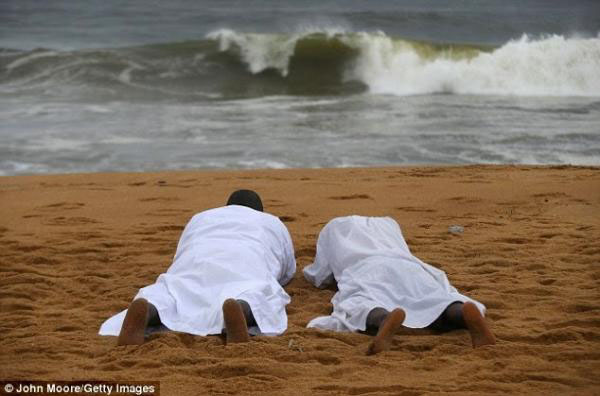 地球の情景(モンロビアのビーチで祈る人2)image_convert_20140826225853