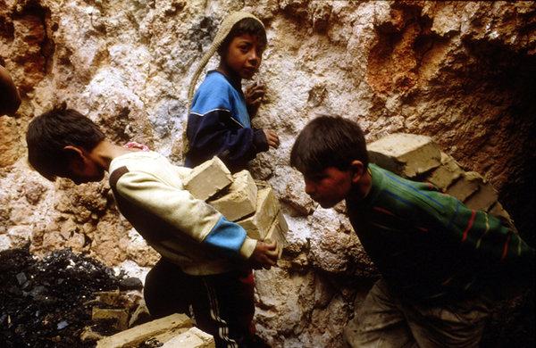 風景(石運びの少年コロンビア)image