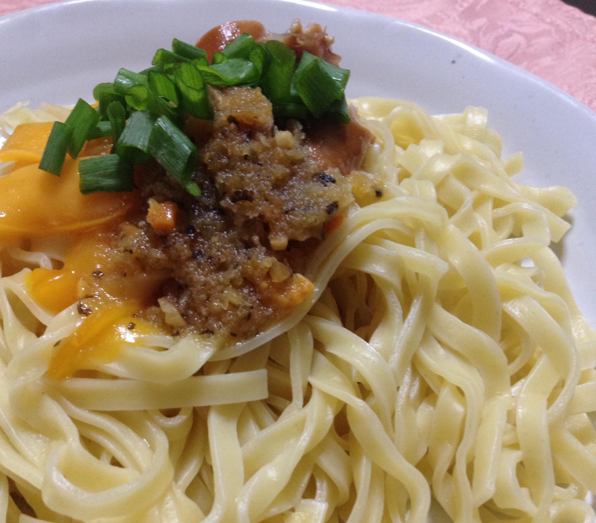 食べるオリーブオイルチーズ入りパスタ写真