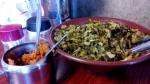 テーブルの上にも高菜と調味料