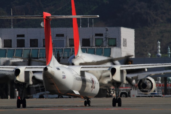 3X DHC-8-402Q JA851C RJOM 140315 03