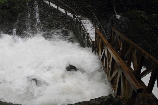白猪の滝・台風11号 140810 08