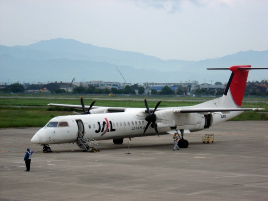 3X DHC-8-402Q JA843C RJOM 140825 01
