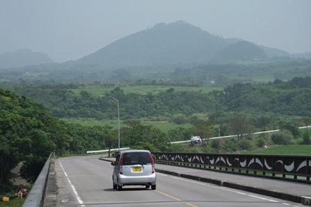 道路と遠くの山