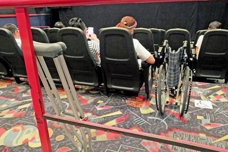 松葉杖と車椅子