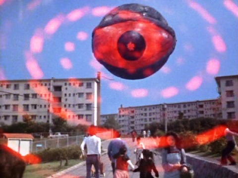 怪奇隕石アクマニヤが、平和な団地を恐怖に陥れる