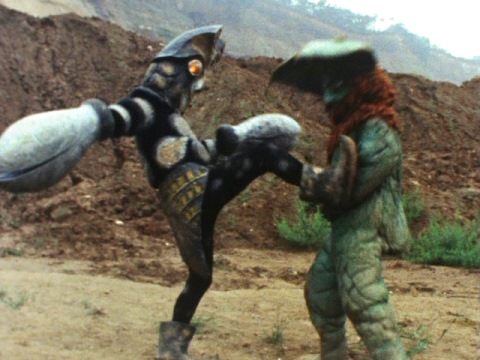 キックを中心に戦うバルタンとイカルス